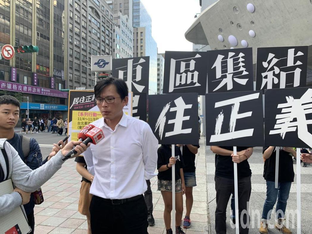 「居住正義改革聯盟」發起人、房市專家Sway和立委黃國昌,今天與志工一同到南西商...