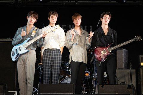 南韓樂團「IZ」,由主唱JIHOO、鼓手WOOSU、吉他手兼隊長HYUNJUN、貝斯手JUNYOUNG所組成,出道2年的他們今天首度與台灣媒體見面,一連演唱「Final kiss」和全中文的「你眼睛...