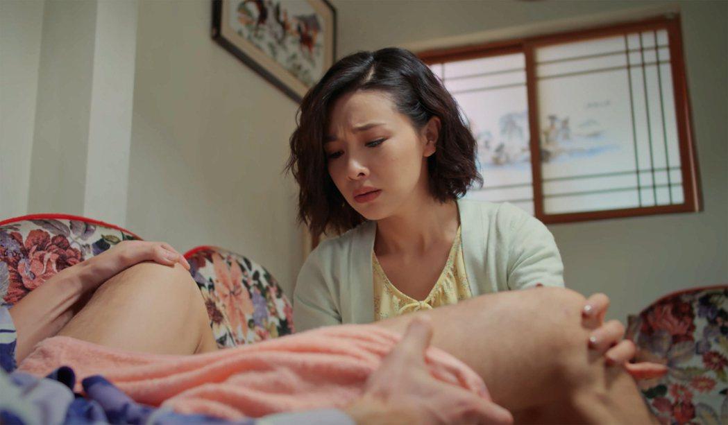吳婉君(右)面對黃玉榮腿開開,自虧「像在接生」。圖/公視提供