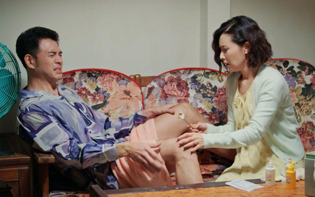 黃玉榮(左)戲中遭「去勢」,吳婉君換藥超害羞。圖/公視提供