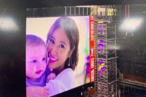 林心如最近參加大陸真人秀「親愛的客棧」引起廣大話題,女神一舉一動都格外被注意和放大,但她最近作品卻是和一名小嬰兒合拍廣告,而這則廣告甚至登上紐約時代廣場的屏幕,長達10秒的廣告播放,以平均一天播出來...