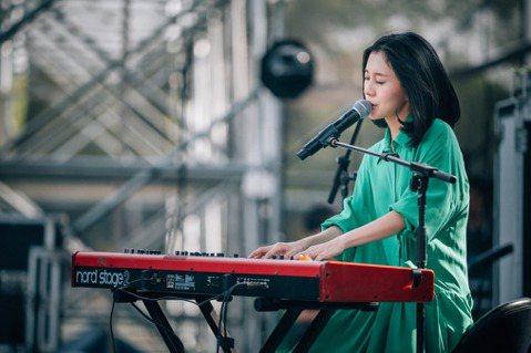 白安今天受邀參加2019上海麥田音樂節,擔任DO Stage首發嘉賓獻唱,獻空靈獨特的嗓音,與在場的2萬歌迷同歡。她帶來應景的「麥田捕手」經典歌曲外,並演唱包括「是什麼讓我遇見這樣的你」、「我只想在...