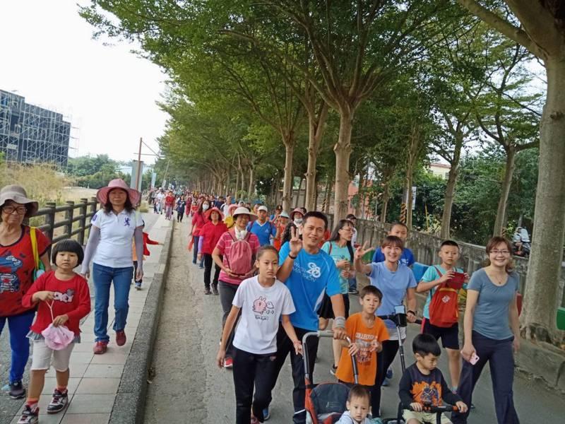 田中鎮公所舉辦漫遊八堡圳健行活動,吸引1 千多名親子參加。記者何烱榮/攝影