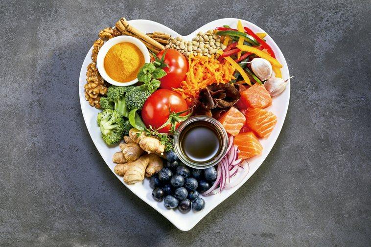 中醫與西醫都認為,飲食清淡健康從平常就要做起,不需要隨季節而有太大變換,且只靠飲...