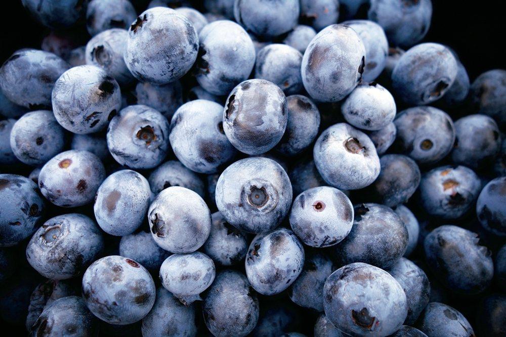 菠菜+藍莓把菠菜和藍莓打成奶昔,在運動鍛鍊前後飲用。在一項研究中,每天食用藍...