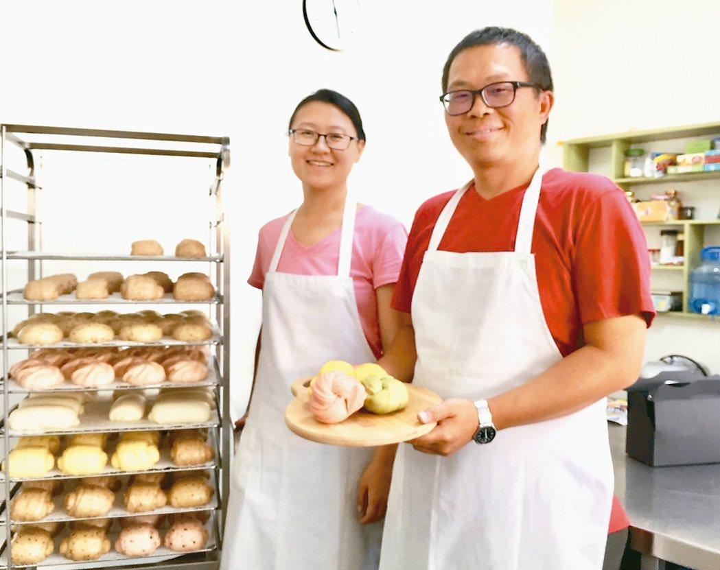 劉正熾(右)和太太胡嘉真不斷研究試驗,調配出無添加、口感香氣佳的中式麵點。 圖╱...