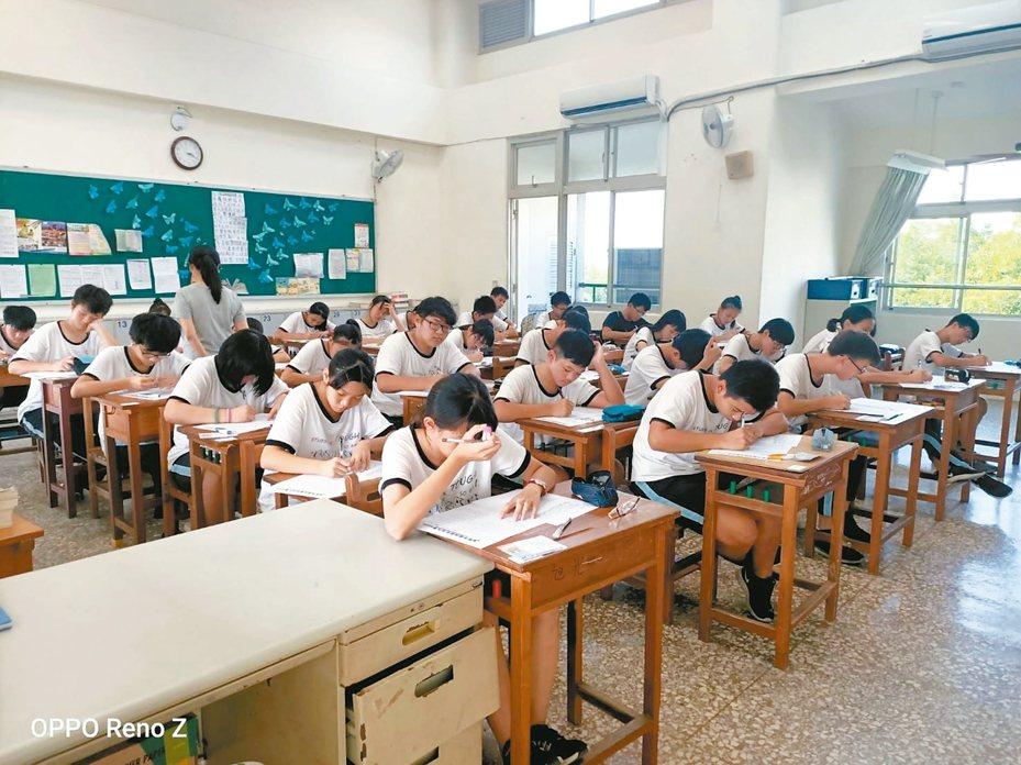 聯合盃全國作文大賽南投區初賽昨登場,共有1302名學生參加,希望藉比賽打好寫作基礎。 記者江良誠/攝影