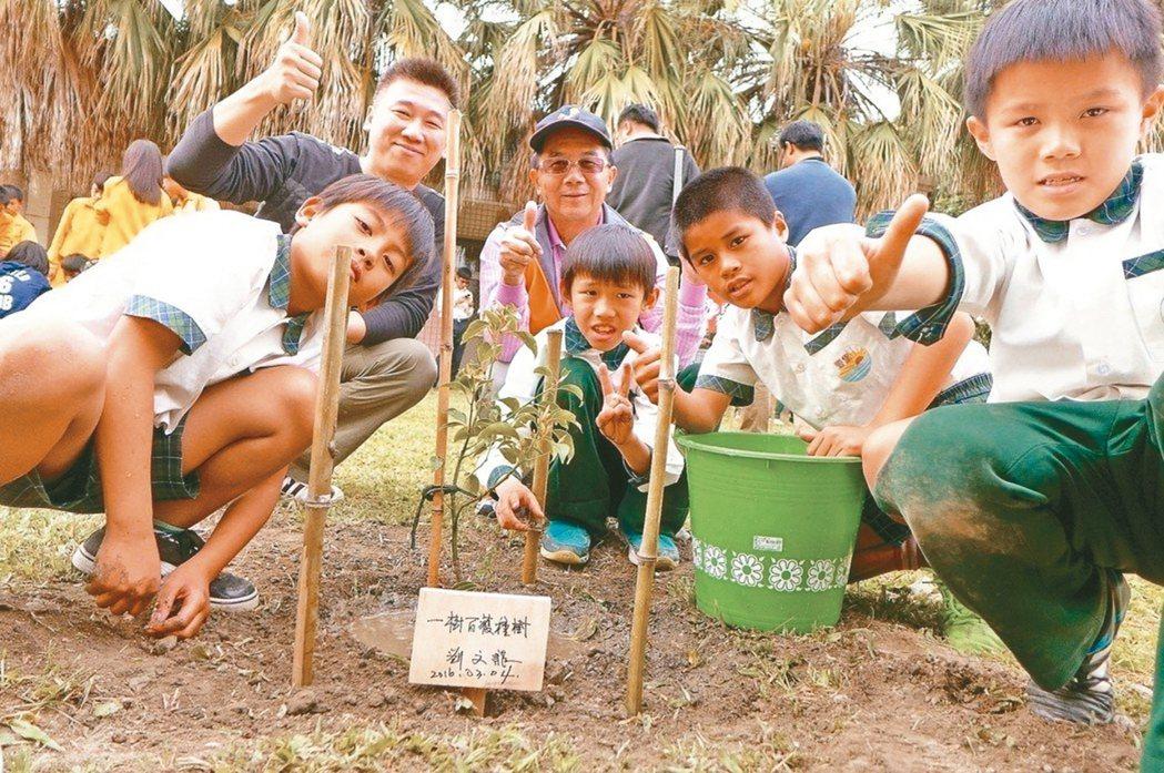 陳宇華(左二)5年來積極推動牛樟樹循環經濟,與台東豐里國小學童一起種牛樟。 圖/...