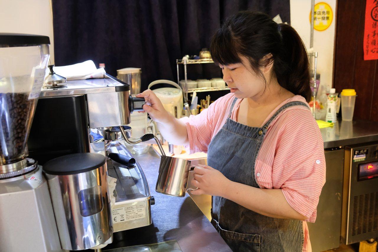 新北市板橋區安咖啡老闆李宜娟堅持從備料開始,每個食材都不能浪費。 記者張曼蘋/攝...