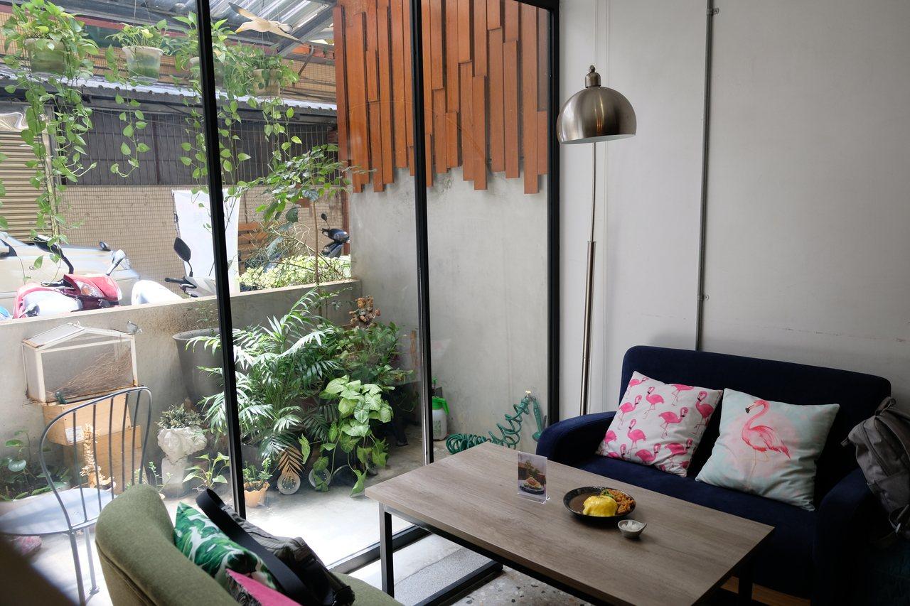 新北市板橋區安咖啡充分採光,桌椅、櫃子擺設都講求延伸空間感,客人不會有壓迫感。 ...