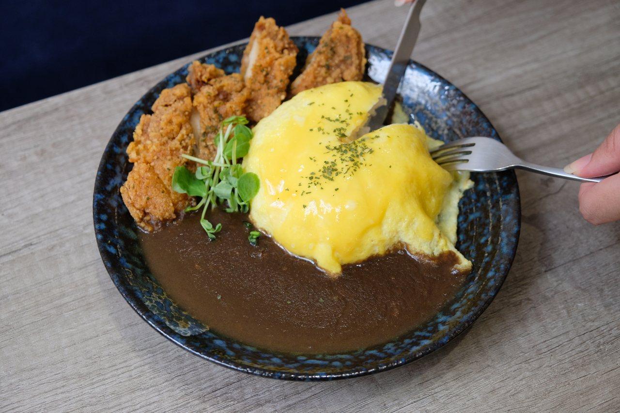 新北市板橋區安咖啡店裡最受上班族歡迎的餐點是辣炸雞歐姆蛋咖哩飯。 記者張曼蘋/攝...