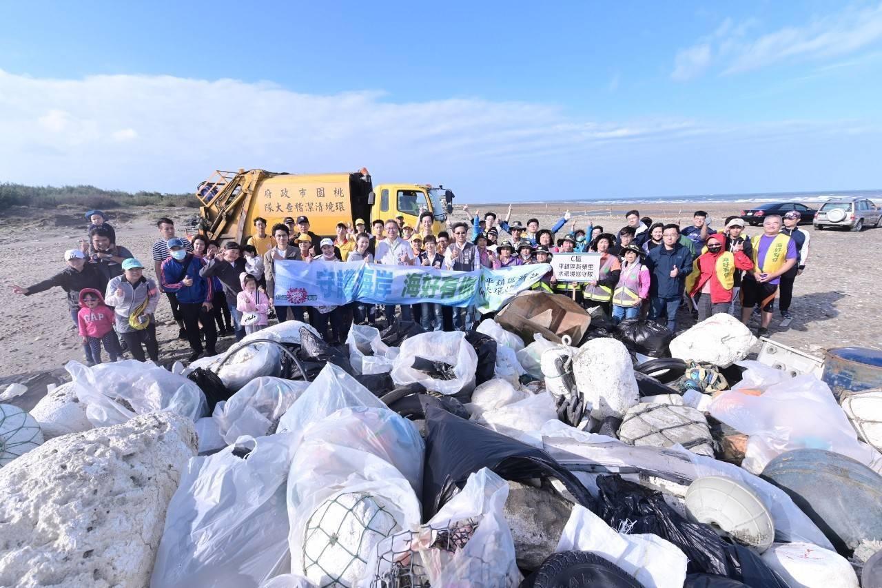 桃園市政府環保局昨天前往埔心溪出海口淨灘,清出2602.8公斤廢棄物,其中一般廢...