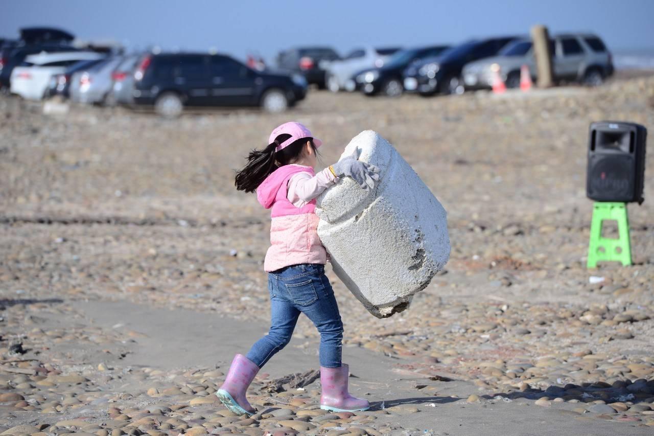 桃園市政府環保局昨天在埔心溪出海口淨灘,吸引企業團體、海岸巡護隊、水環境巡守隊以...