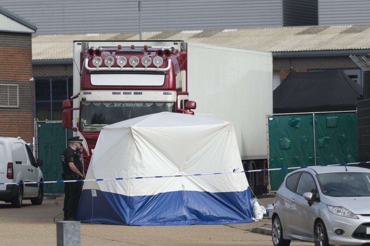 上周英國一輛冷凍貨櫃車內發現的卅九具偷渡客屍體,死者全是越南人。 (新華社)