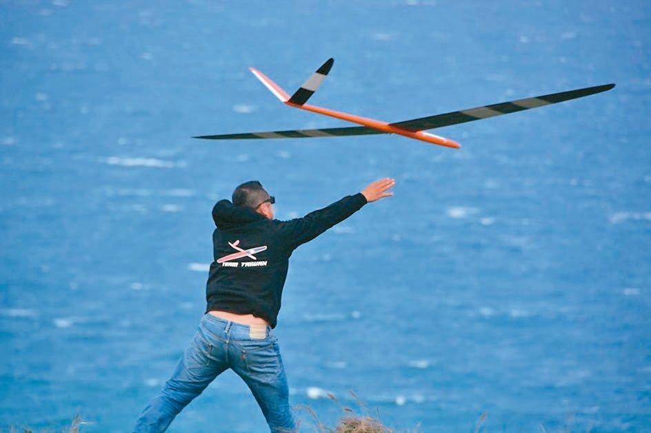 在墾丁龍磐公園舉辦的無動力遙控滑翔機國際公開賽,各國好手齊聚。 圖/林維寬提供