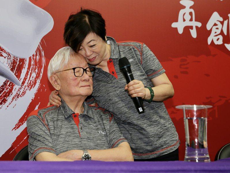 台積電創辦人張忠謀(左)夫人張淑芬抱著老公表示,這段退休時間是她最快樂的時光。記者許正宏/攝影