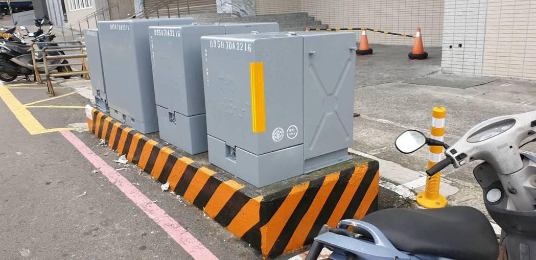 台電已在新竹市竹蓮市場前設置首座新美學的變電箱,外觀灰色。圖/台電新竹區營業處提...