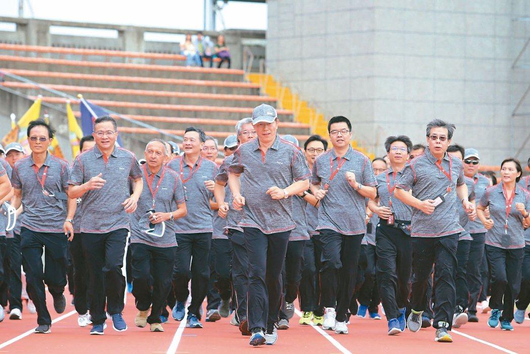 台積電昨天在新竹體育場舉辦運動會,董事長劉德音(中)帶領主管跑1200公尺。 記...