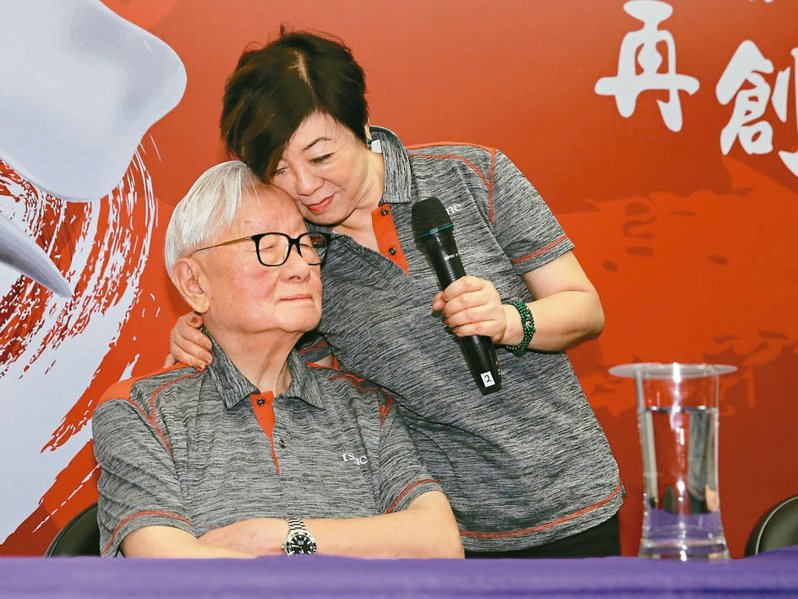 張忠謀(左)與夫人張淑芬在台積電運動會後接受聯訪,夫人感性地表示,這段退休時間是她最快樂的時光,隨後貼著張忠謀的臉,展現滿滿愛意。 記者許正宏/攝影