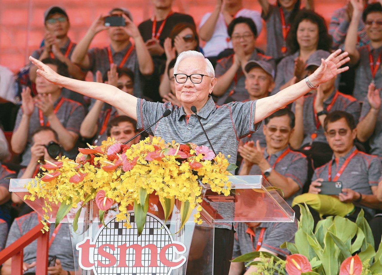 台積電昨天在新竹體育場舉辦運動會,創辦人張忠謀出席活動。 記者許正宏/攝影
