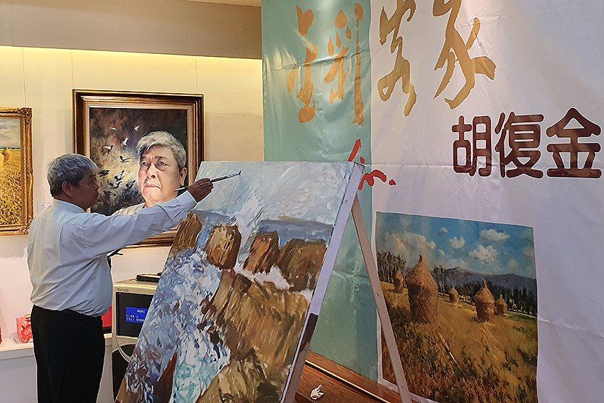 畫家胡復金在現場「示範100號作品創作」。 曹松清/攝影