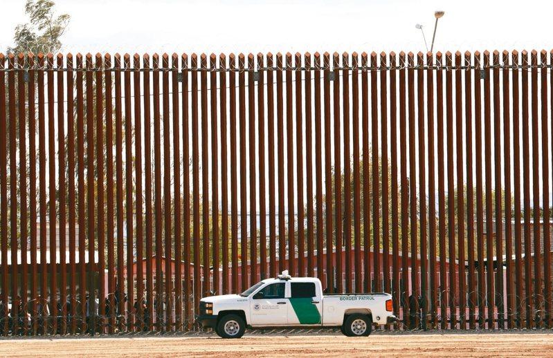 美國川普政府在加州埃爾森特羅(El Centro)與墨西哥邊界築的新牆。 美聯社