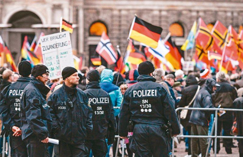德國東部大城德勒斯登宣布僅具象徵意義的「納粹緊急狀態」。圖為德勒斯登「反西方伊斯蘭化」運動支持者上街示威時,警方維安的檔案照。 歐新社