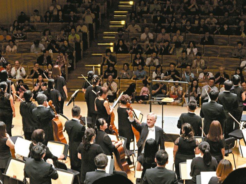 高雄衛武營音樂廳舞台在中央,是全台唯一葡萄園式設計音樂廳,有獨具可見指揮臉的座位。 記者何定照/攝影