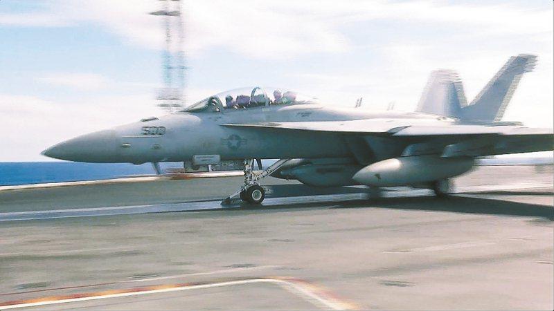 日本山口縣岩國基地的一架美軍F/A-18戰機準備自雷根號航空母艦起飛。 美聯社