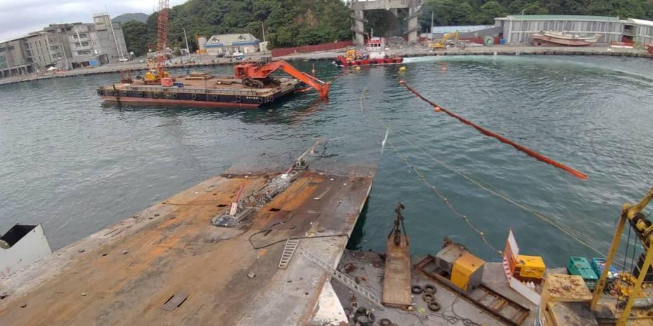 宜蘭縣南方澳跨港斷橋預計4日完成拆解,接下來由公路總局委外規劃興建新橋。圖/台灣港務公司提供
