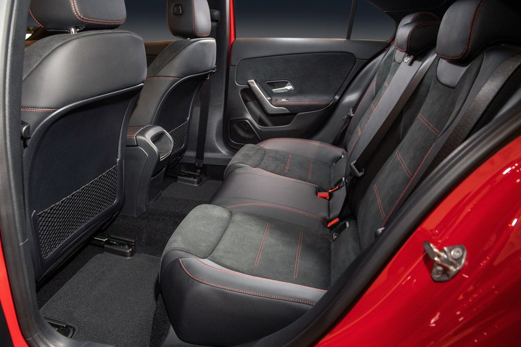 最大的豪華小型轎車-The new A-Class Sedan 展現寬敞乘坐空間...