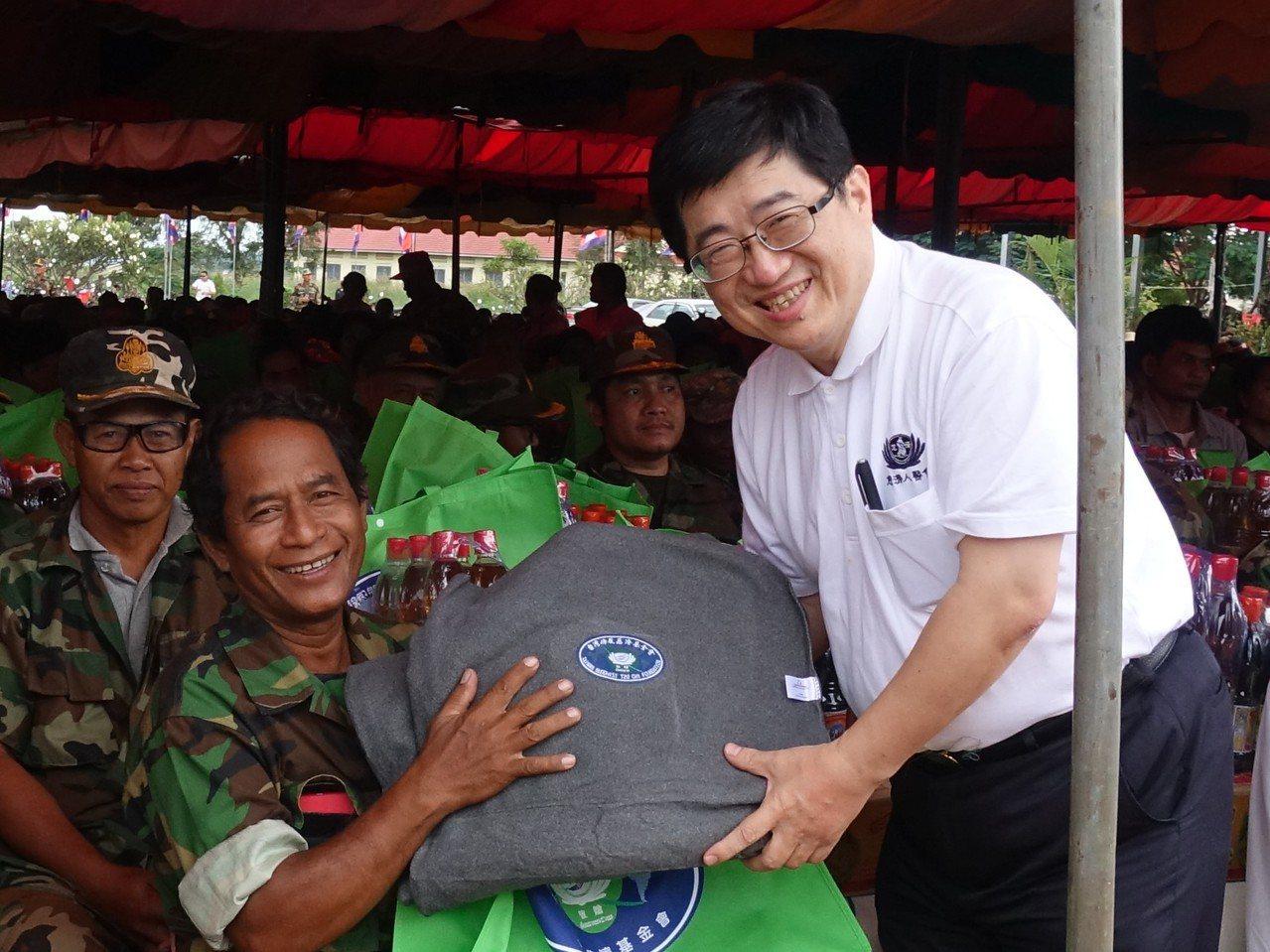 慈濟與柬埔寨總理青年志願醫師協會一起發放當地600戶退伍殘障軍兵,每戶40公斤大...