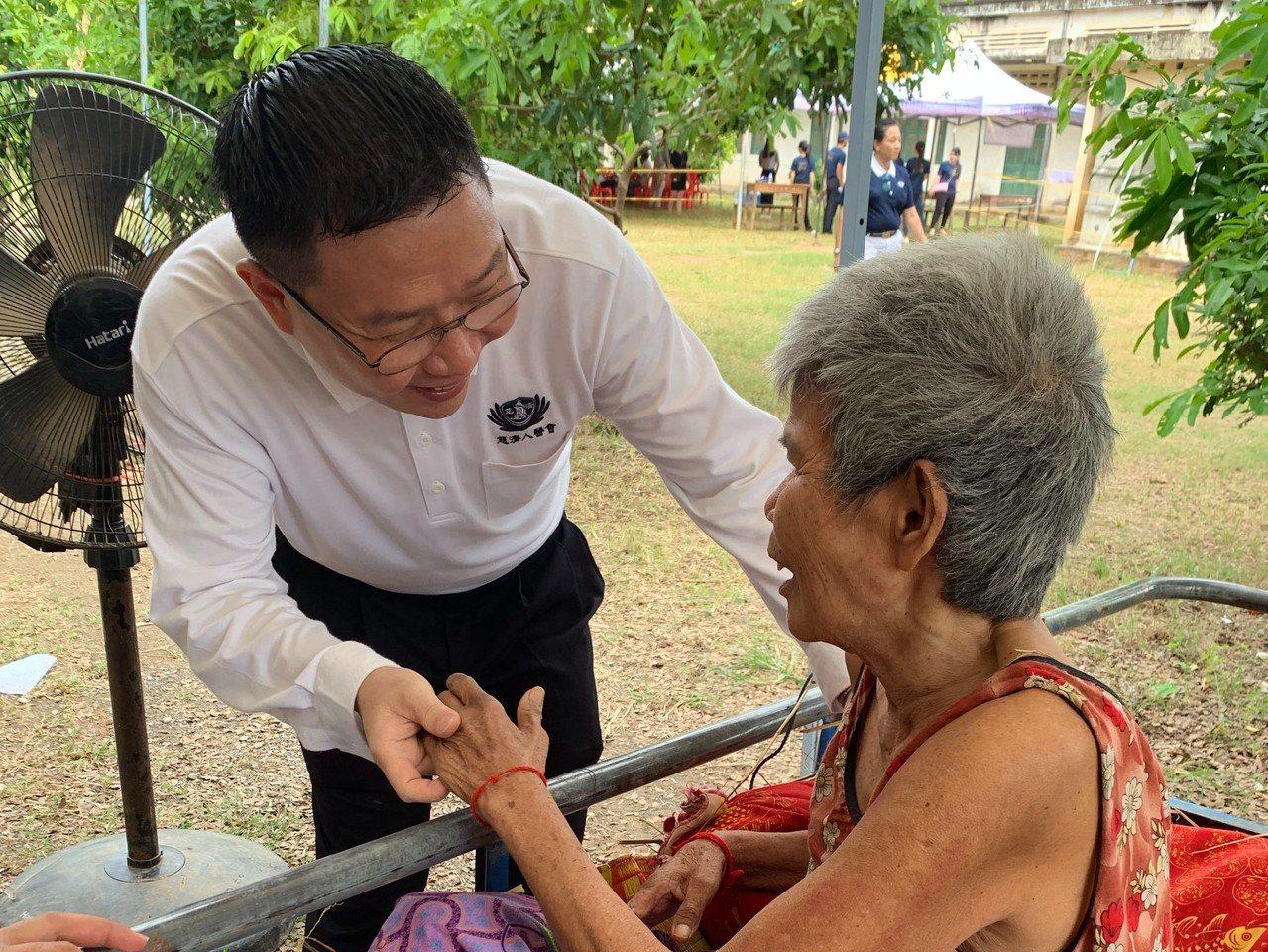 馬來西亞王玟富醫師(左)為中風的老奶奶針灸治療,老奶奶發現自己可以說話,不斷向王...