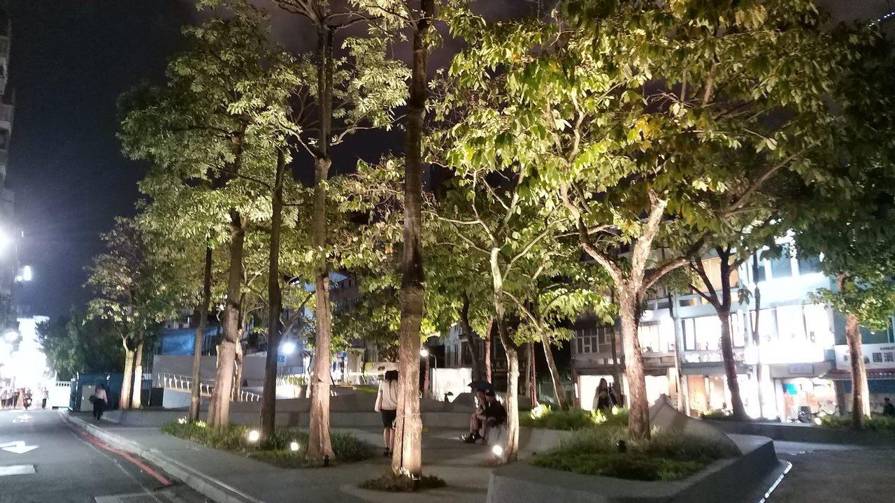 「心中山」線形公園入夜後氛圍浪漫,不少情侶和民眾都會到這散步放鬆,享受休閒時光。...