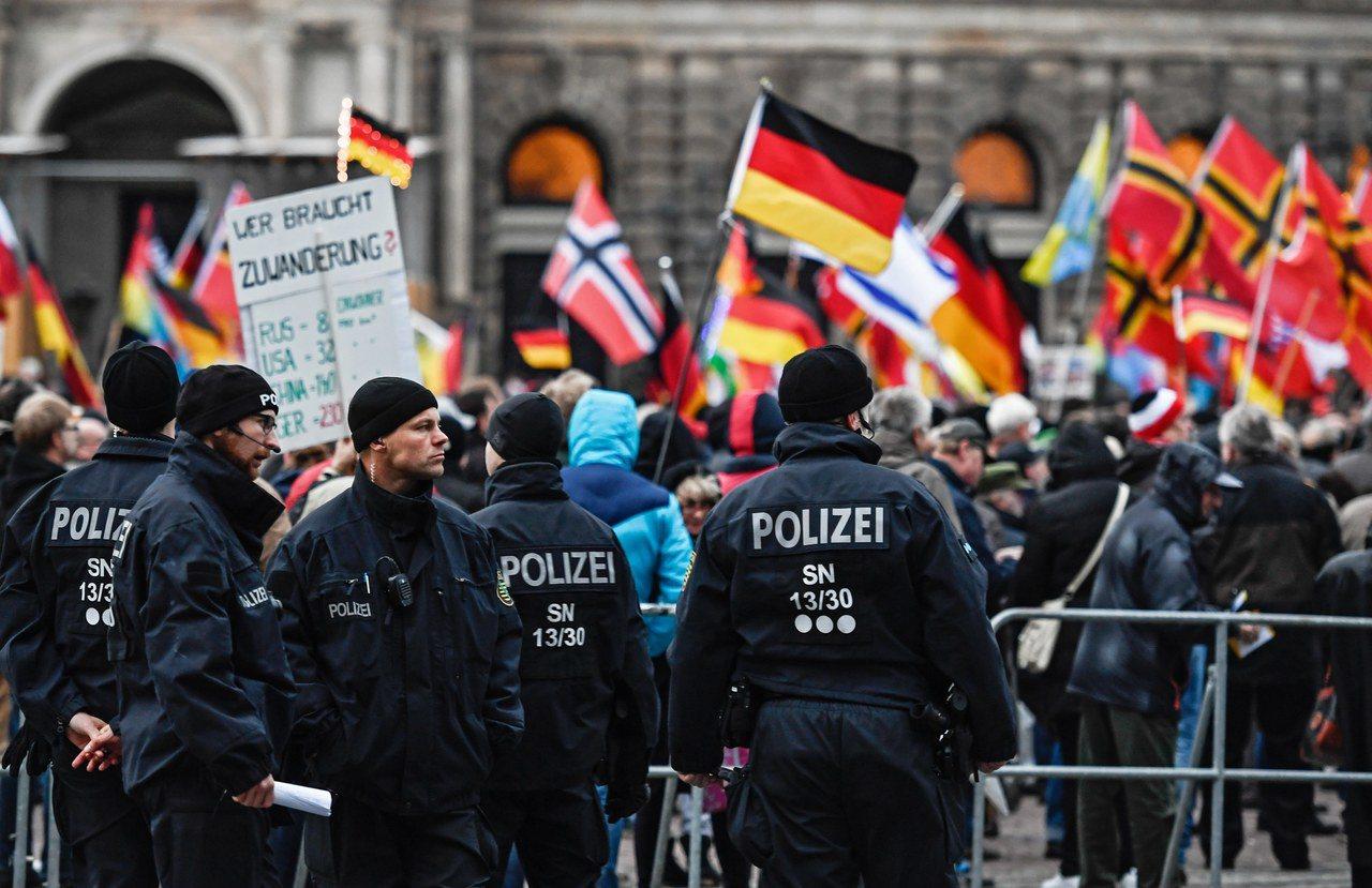 德國東部大城德勒斯登宣布僅具象徵意義的「納粹緊急狀態」。圖為德勒斯登「反西方伊斯...