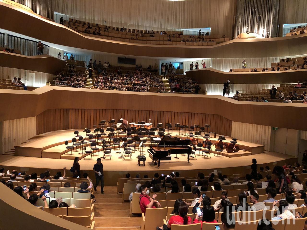 Muzik雜誌副總編連士堯發現衛武營音樂廳一樓座位雖具震撼性,但二樓整體聲音平衡...
