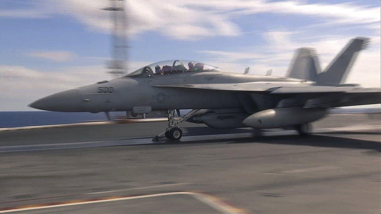 日本山口縣岩國基地的一架美軍F-18戰機準備自雷根號航空母艦起飛。美聯社