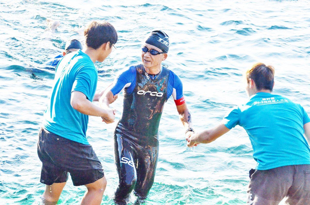 今年62歲的康軒集團董事長李萬吉參加台東超級鐵人三項226公里賽事,游完3.8公...