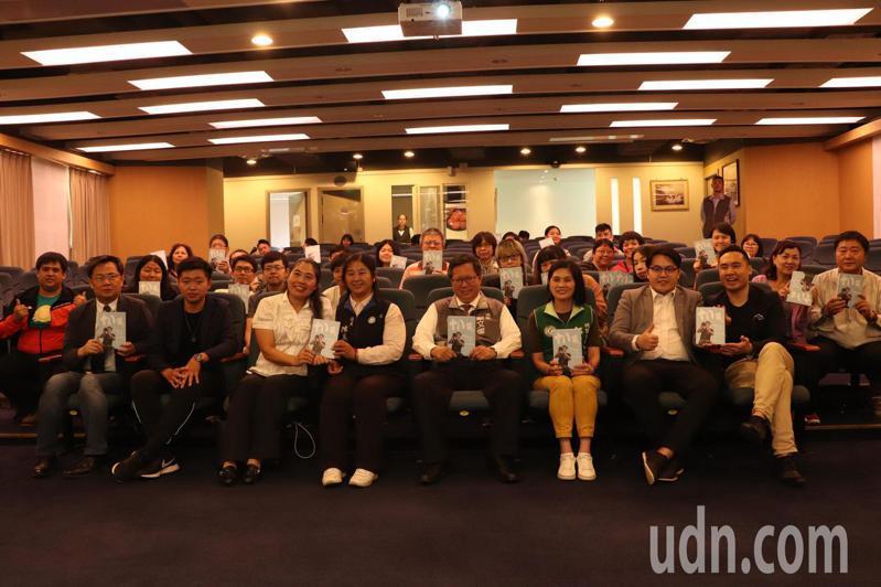 陳毅(前排左2)新書法發會,鄭文燦(前排右4)和議員、愛書者都到場。記者鄭國樑/攝影
