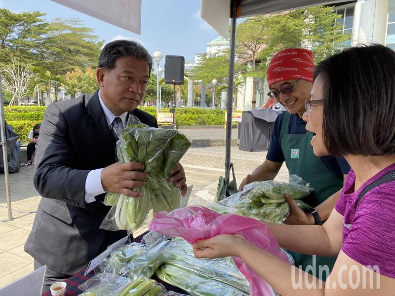 台南市議長郭信良今天出席在台南市議會廣場舉辦的「在地採購低碳行動」農特產品展售會,自掏腰包挺農民。記者鄭維真/攝影