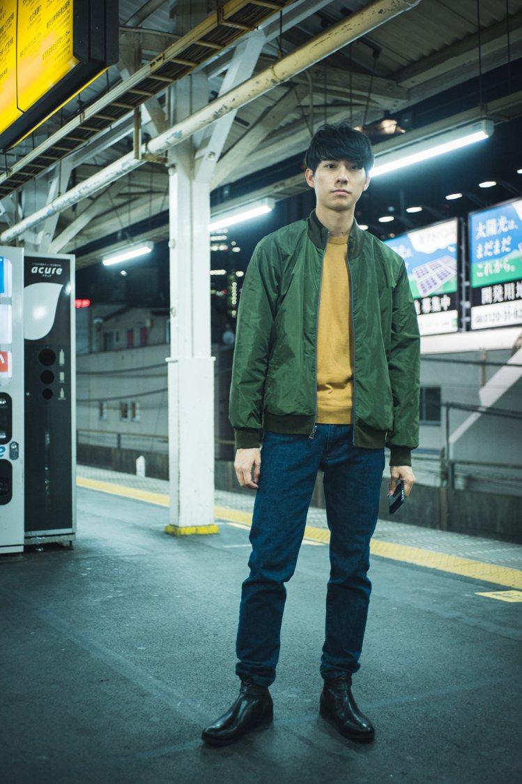 男星彭千祐演繹D'URBAN秋冬系列毛衣10,900元、牛仔褲7,990元。圖/...