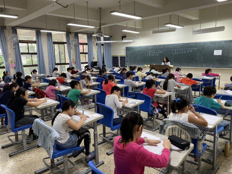 聯合盃全國作文大賽台北市初賽今天在金甌女中舉行,北市報考人數相較去年2163人,今年增為2558人。圖/聯合報教育事業部