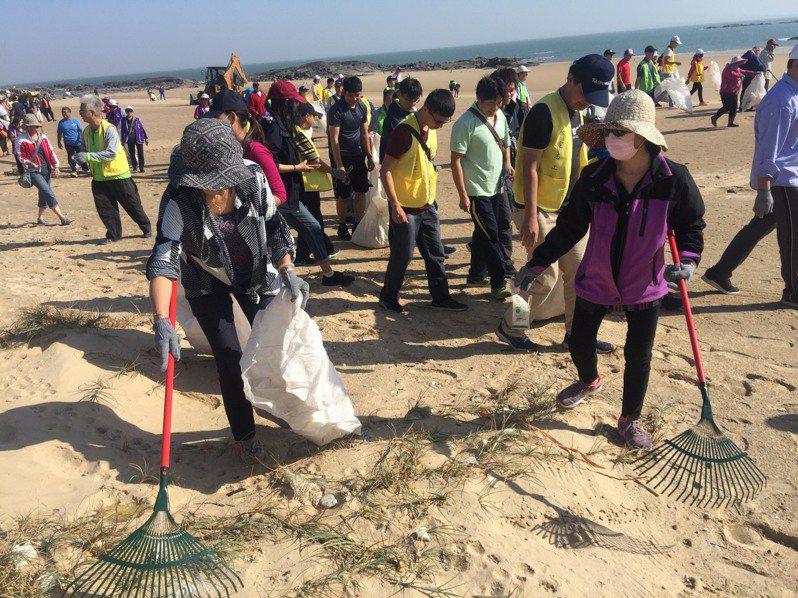 金門縣各鄉鎮公所今天同步在各海灘舉辦年度秋季淨灘活動,清除海岸雜物、垃圾物品。記者蔡家蓁/攝影