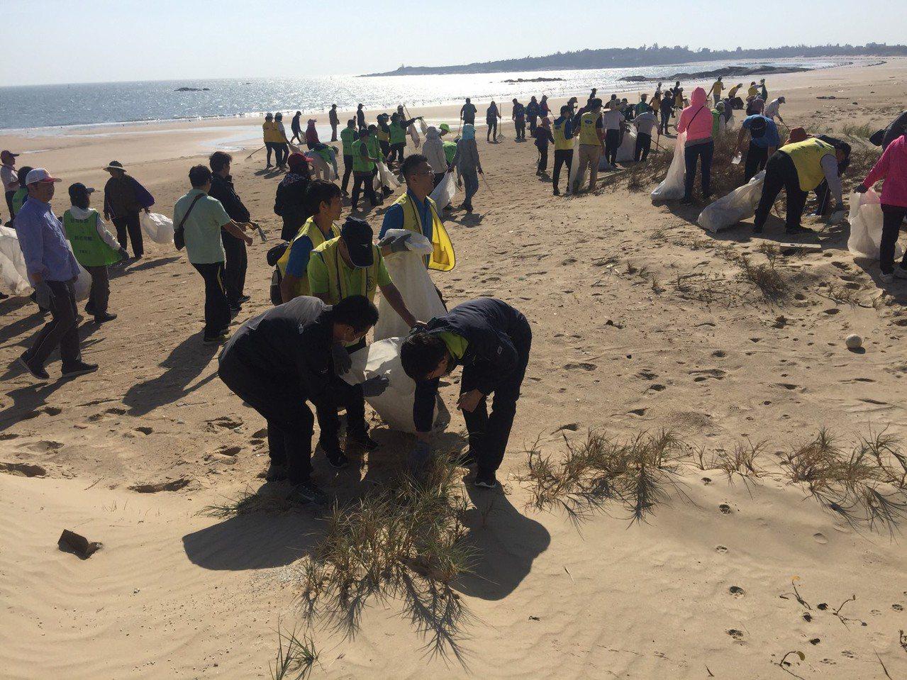 金門縣各鄉鎮公所今天上午同步在各海灘舉辦年度秋季淨灘活動,清除海岸雜物、垃圾物品...