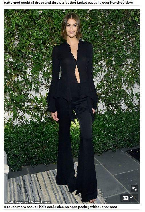 一身新銳品牌Khaite的黑色大喇叭褲裝的凱亞上身只扣了一顆釦子,用深V與露肚線...
