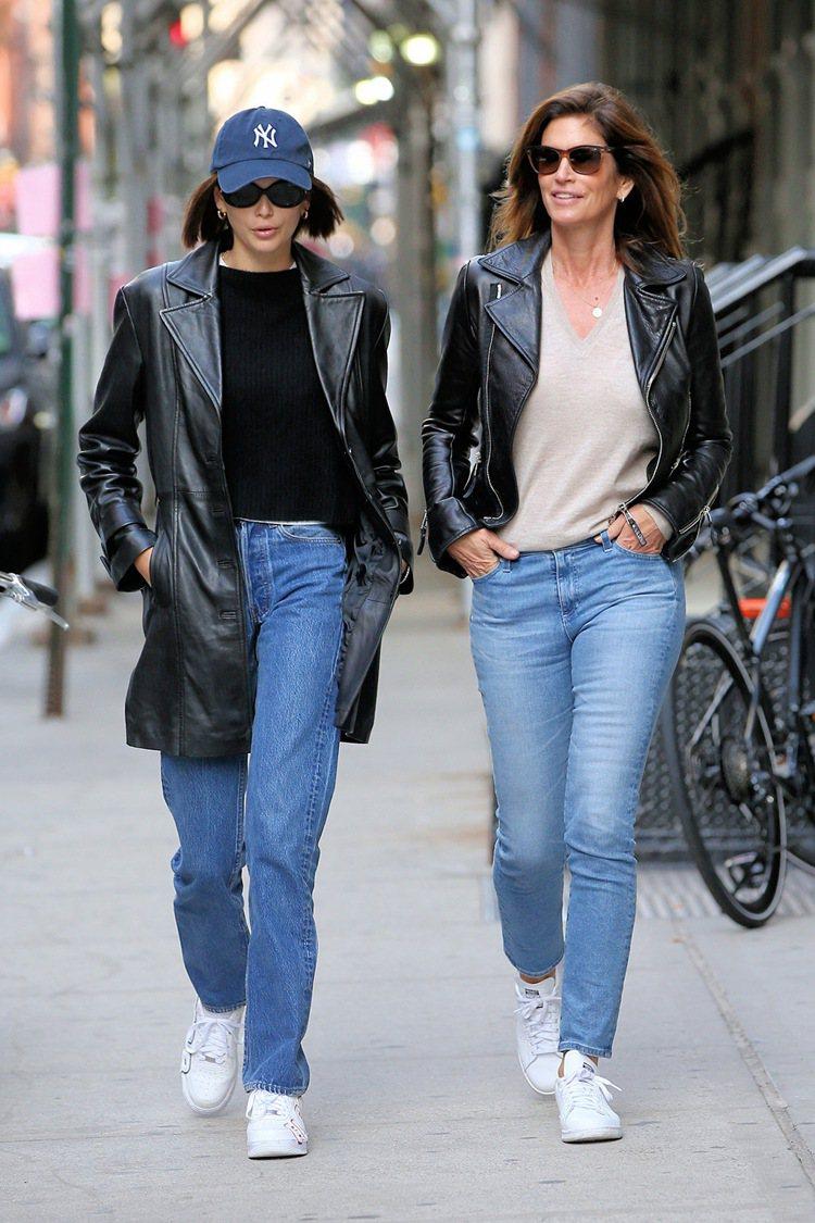 凱亞與媽媽辛蒂克勞馥就算只是平日上街也以母女裝搭出超模氣勢圖/摘自footwea...