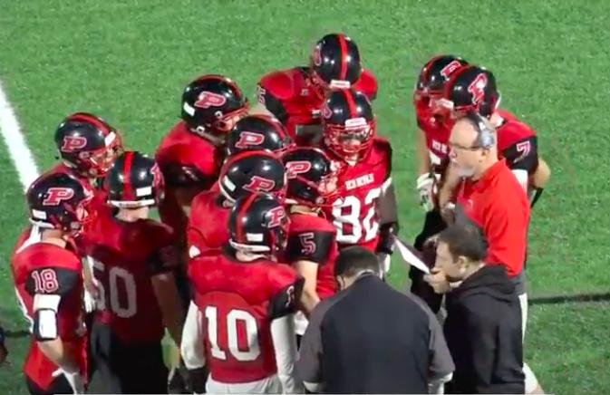 美國紐約州普蘭尼基高中的美式足球隊教練薛佛(中間最右穿紅衫戴耳機者)日前帶隊出賽...