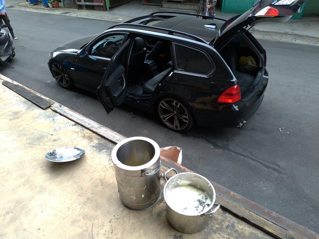 在行車過程中打翻的豆漿空桶和只剩半桶的豆花遺留在住家門前。記者林昭彰/攝影