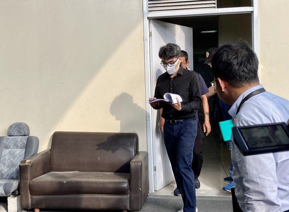 屏東地檢署檢察官王彥凱,協同法醫下午進行相驗。記者江國豪/攝影