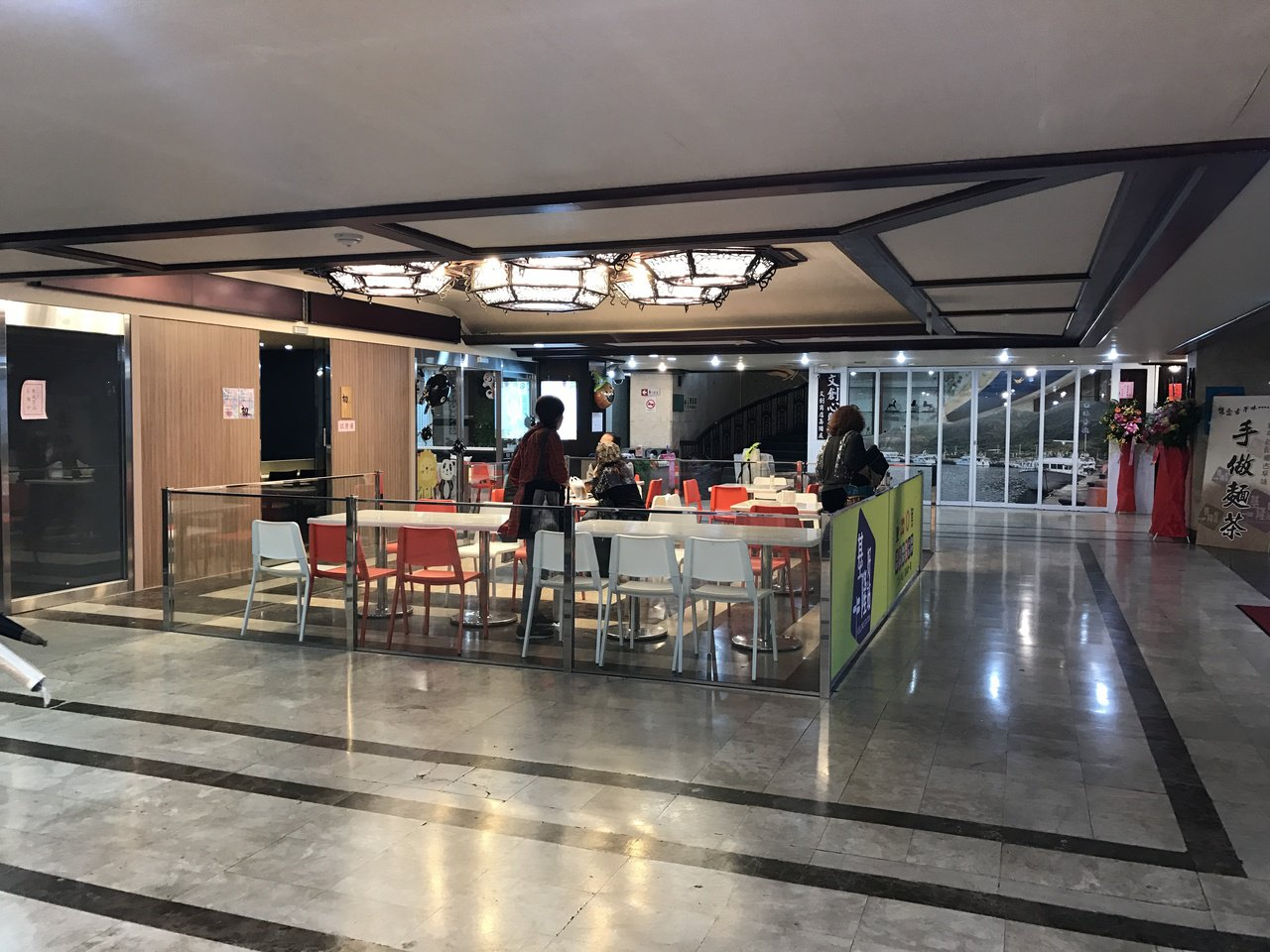 過去演藝廳一樓對外的大廳,常被遊民占據,讓人觀感不佳,如今不一樣了,這裡變成文創...